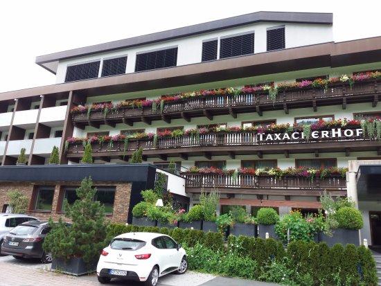Hotel Taxacherhof: Voorkant hotel met het witte gedeelte als duurdere afdeling