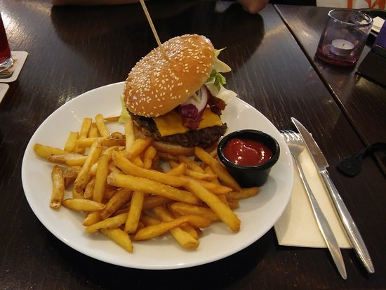 Manolo: Burger mit Pommes