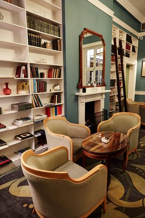 Vineyard Hotel: Library