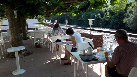Hotel Arce : Breakfast by the river