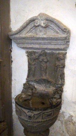 Lampaul-Guimiliau, Francia: Bénitier du diable (serpent au fond)