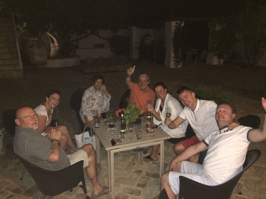 Alcala del Valle, Spagna: Enjoying drinks in the courtyard with other guests
