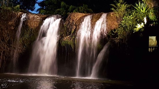 Mena Creek, Australia: Main waterfall and hydro power location