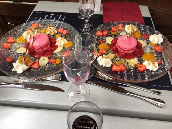 LA DOLCEZZA : Macaron sorbet framboises , fraises et framboises au coulis de mangue .