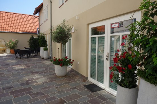 Ruesselsheim, Germany: der Innenhof, Gäste- und Arthaus
