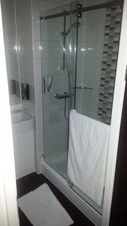 Knottingley, UK: Brilliant shower in very well-designed bathroom