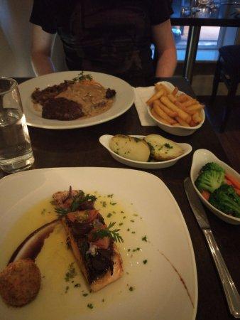 Nenagh, Irland: Steak and panfried salmon
