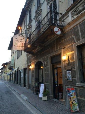 Cherasco, İtalya: L'ingresso su via Cavour
