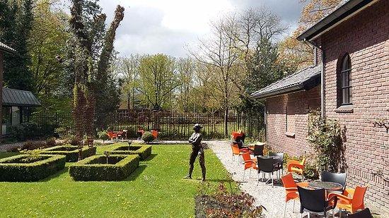 Binnentuin met terras Museum Drachten foto Wilma Lankhorst
