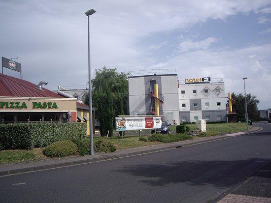 HotelF1 Clermont Ferrand Est: Vu de derrière