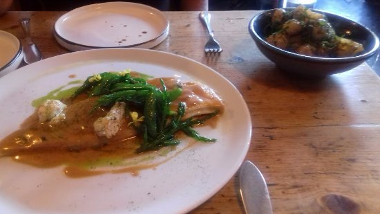 Rosscarbery, Ιρλανδία: Baked brill. Side of local potatoes. Exquisite. Note gorgeous pottery plates!