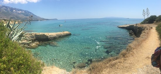 Karavados, Grèce: Get to the beach and head right along the rocks for a less busy area good for swimming.