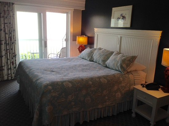 Strawberry Hill Seaside Inn: Bed and Balcony With An Ocean View