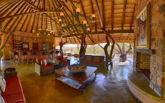 Madikwe Game Reserve, Νότια Αφρική: Main lodge bar/lounge area