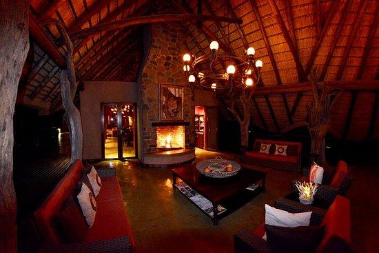 Madikwe Game Reserve, Νότια Αφρική: Main lodge lounge & fire place area