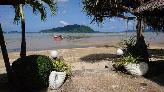 Friendship Beach Resort & Atmanjai Wellness Centre: Tide out!