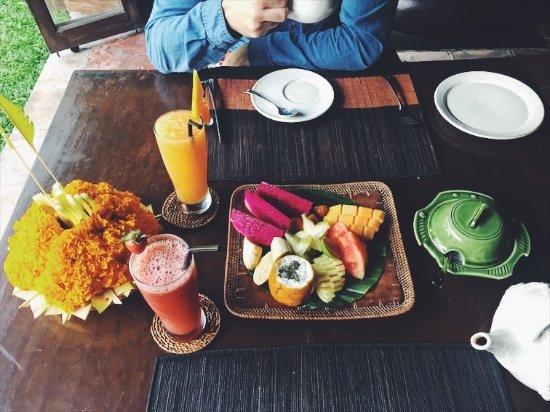 Hotel Tugu Bali: Assorted fruits at breakfast
