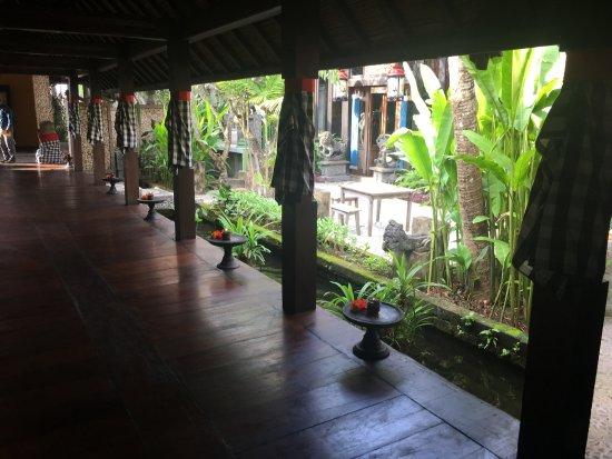 Hotel Tugu Bali: Entrance into Tugu