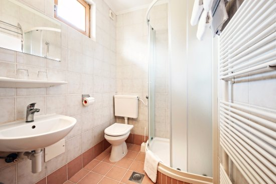 Verzej, Slovenia: A bright double room bathroom