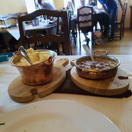 Nus, Italië: polenta con carne al ginepro