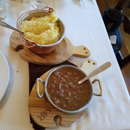 Nus, Ιταλία: polenta con carne al ginepro