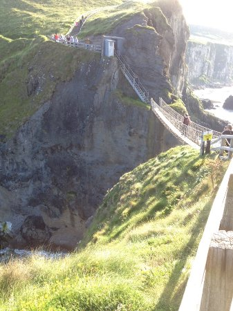 Carrick-A-Rede Rope Bridge : View of the rope bridge