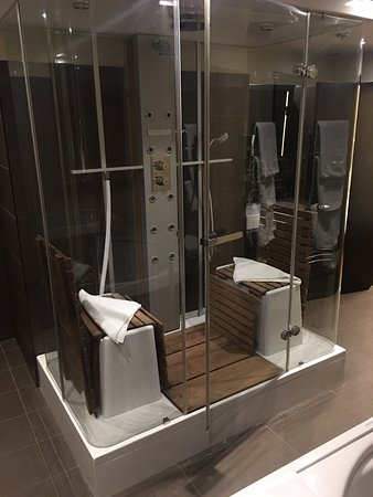 Continental Hotel Budapest: Steam shower, body jets, *not pictured: jaccuzzi tub