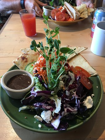 Field, Kanada: I can't remember the name of this salad but it didn't just look amazing it tasted it too.