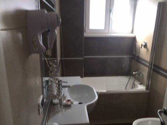 Bagno con vasca e doccia picture of raganelli hotel rome