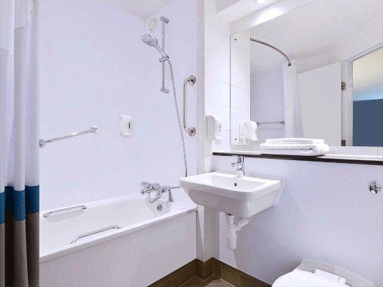 Travelodge London Vauxhall Hotel: SuperRoom family bathroom