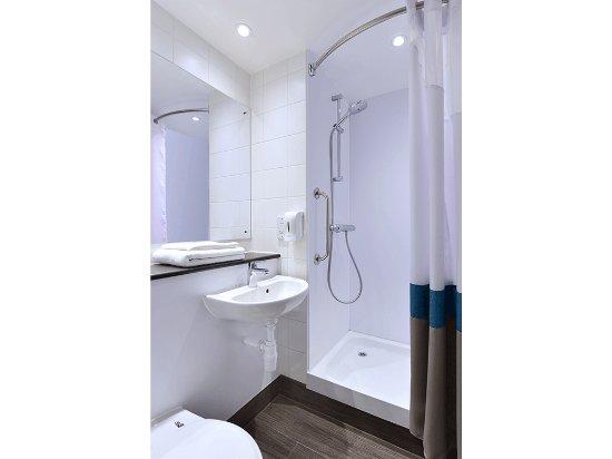 Travelodge London Central Tower Bridge : SuperRoom bathroom