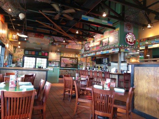 Γκρίνβιλ, Αλαμπάμα: Inside adjacent to bar, another seating area located back behind us.