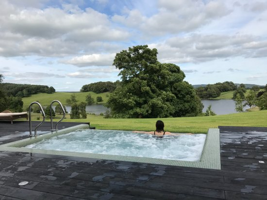 Coniston Cold, UK: Outdoor hot plunge pool