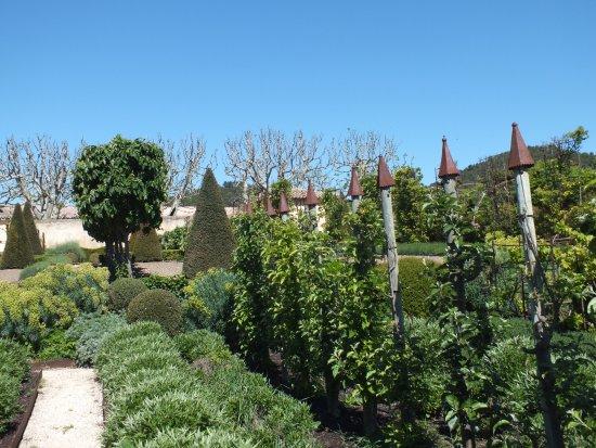 Pertuis, Francia: Well kept garden April 2017
