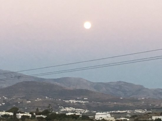 Kouros Art Hotel : Full moon over the mountains of Naxos