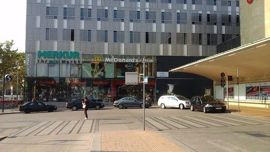 """wombats CITY HOSTEL VIENNA """"The Lounge"""": 西駅の空港行きのバスの出口を目指して地上に出れば、マックが見え徒歩約3分です。"""