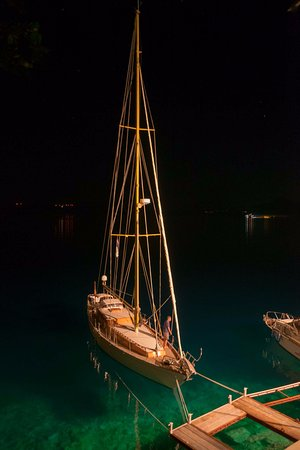 Sobra, Croatia: ночь в Собре. Частный причал и яхта из красного дерева.