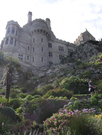 Marazion, UK: Looking up to the castle from the gardens