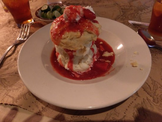 Ted's Montana Grill: Strawberry short cake!