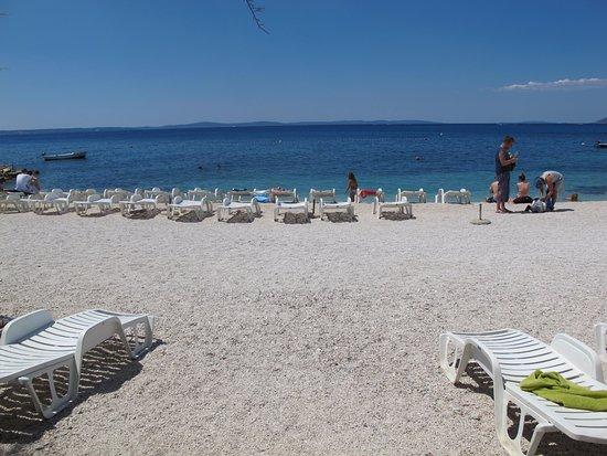 """Podstrana, Croatia: """"Súkromná"""" pláž penziónu"""