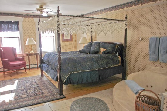 Ludlow, VT: Spacious king room in the Annex