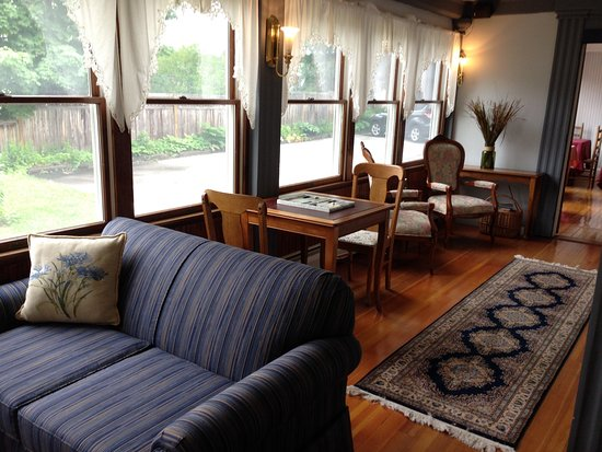 Ludlow, VT: Relax in the sun room with a book or a game
