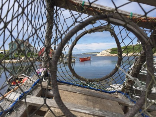 Peggy's Cove, Canadá: view through a lobster pot