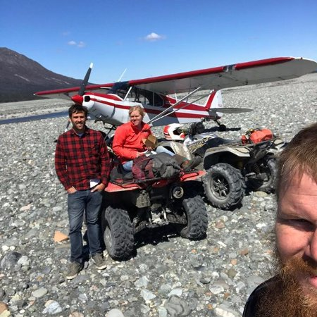 Palmer, AK: Mark from Sheep Mountain Lodge flew in to see us at the glacier