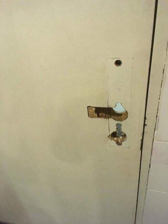 Bunc Hostel: Broken entry to bathroom.