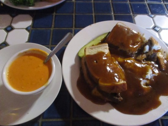 Bumpin Buffalo Bar & Grill: Hot Beef Sandwich with Roasted Red Pepper Soup