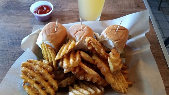 Vista, Kaliforniya: The Sliders are fantastic and the breaded waffle cut fries are great too