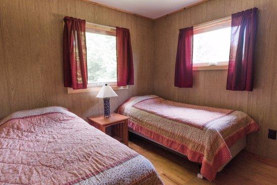 Piseco, นิวยอร์ก: Comfortable bedrooms in cabins