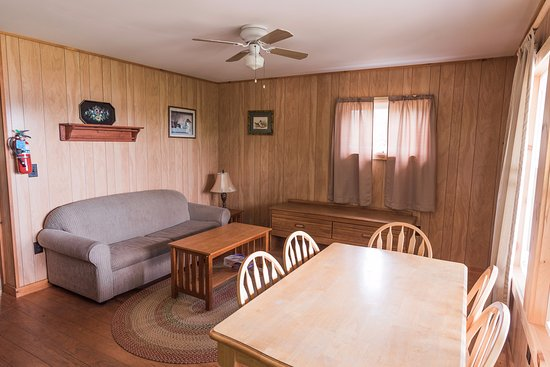 Piseco, NY: Living and dining area in each cabin