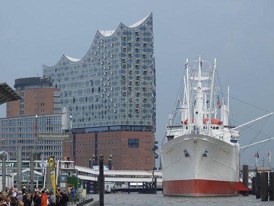 Bundt's Gartenrestaurant Hotel Cafe: The New Hambiurg Elbphilharmonie with the museum cargo ship rickmer Rickers